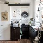 На небольшой кухне нашлось место всему необходимому. Особый интерес вызывает футуристичная вытяжка. (кухня,дизайн кухни,интерьер кухни,кухонная мебель,мебель для кухни,скандинавский,интерьер,дизайн интерьера,мебель,квартиры,апартаменты)