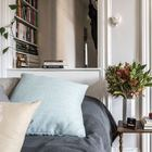 Окно из жилой комнаты в прихожую визуально увеличивает пространство и делает его интереснее. (спальня,дизайн спальни,интерьер спальни,скандинавский,интерьер,дизайн интерьера,мебель,квартиры,апартаменты)