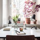 Стол  у окна служит одновременно и обеденным и рабочим.