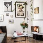 В жилой комнате маленькой квартиры есть действующий камин. Рядом с камином старый сундук хранит свои секреты. (камин,,гостиная,дизайн гостиной,интерьер гостиной,мебель для гостиной,жилая комната,скандинавский,квартиры,апартаменты,интерьер,дизайн интерьера,мебель)