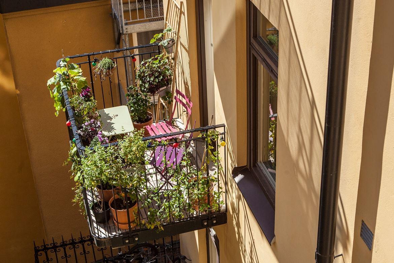 Балкон небольшой, но на нем поместился столик со стульями.