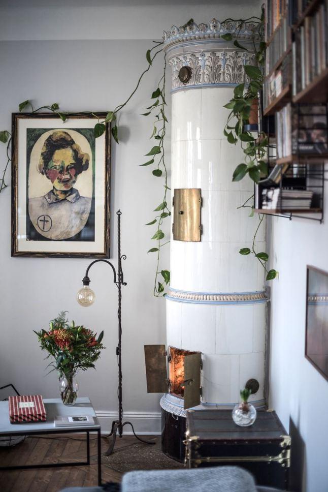 Камин - еще одно романтичное место квартиры. Обращает на себя внимание винтажный светильник у камина.