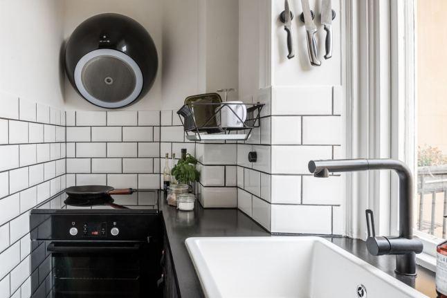 Кухонная мойка установлена у окна и делает мытье посуды не таким скучным.