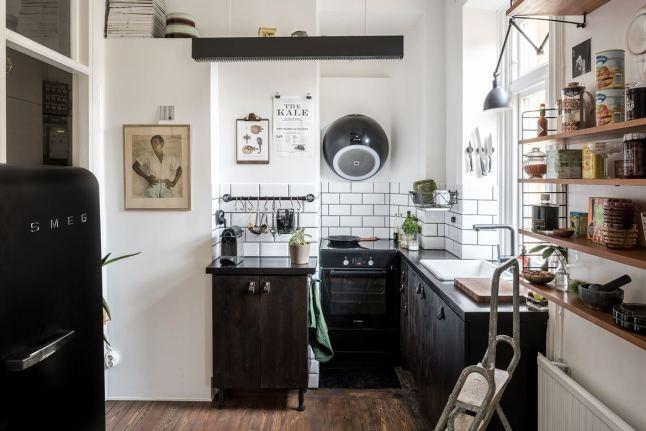 На небольшой кухне нашлось место всему необходимому. Особый интерес вызывает футуристичная вытяжка.