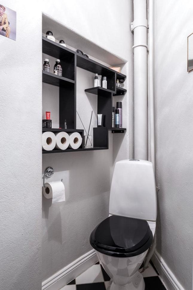 В небольшом закоулке небольшой, но отдельный туалет.