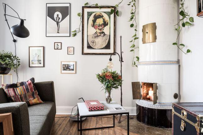 В жилой комнате маленькой квартиры есть действующий камин. Рядом с камином старый сундук хранит свои секреты.