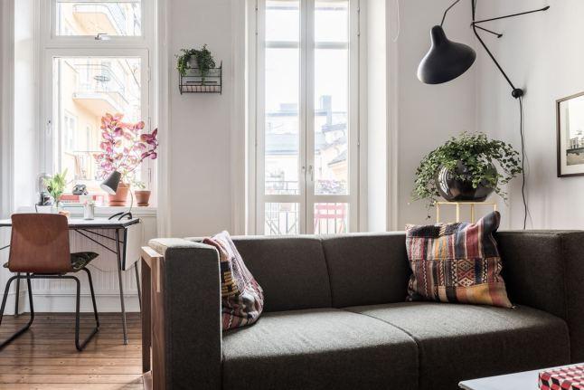Высокие полностью остекленные двери на балкон не только делают комнату светлее, но и подчеркивают высоту помещения.