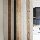 Дверь в шкаф из дерева разных оттенков подчеркивает натуральность материалов отделки кухни. (кухня,дизайн кухни,интерьер кухни,кухонная мебель,мебель для кухни,интерьер,дизайн интерьера,мебель,современный)