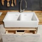 Под кухонной раковиной два выдвижных ящика вместо традиционного шкафчика. (кухня,дизайн кухни,интерьер кухни,кухонная мебель,мебель для кухни,интерьер,дизайн интерьера,мебель,современный)