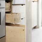 Выдвижной ящик для бутылок и мелочи. Маленькие ящики скрыты за фасадом. (кухня,дизайн кухни,интерьер кухни,кухонная мебель,мебель для кухни,интерьер,дизайн интерьера,мебель,современный)