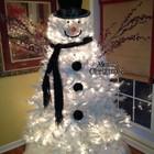 Еще один снеговик из искусственной белой елки с подсветкой.