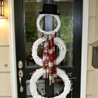 Снеговичок на двери из белых крашеных венков из лозы.