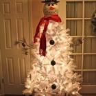 Снеговик из белой искусственной елки.