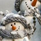 Снеговики из шерстяных шариков.