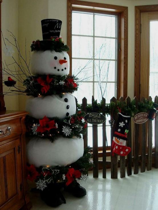 Большой снеговик из белых мешков.