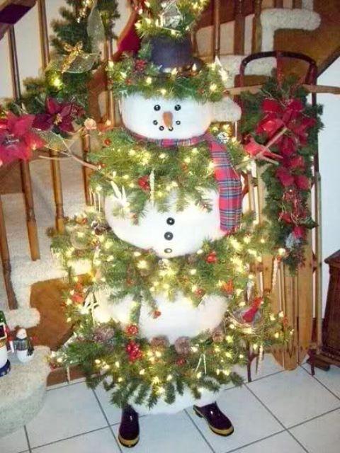 Большой снеговик у входа в дом.