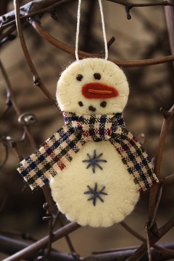 Елочная игрушка снеговик из круглых кусочков ткани.