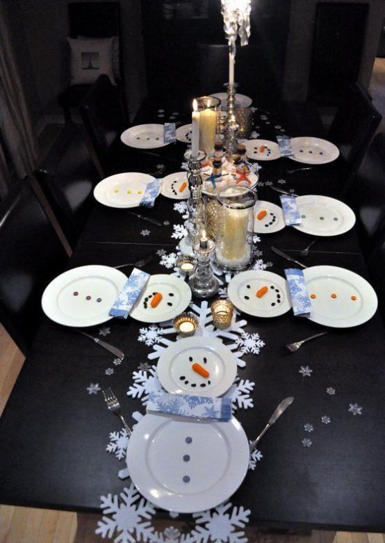 Сервировка стола с тарелочками в виде снеговиков.