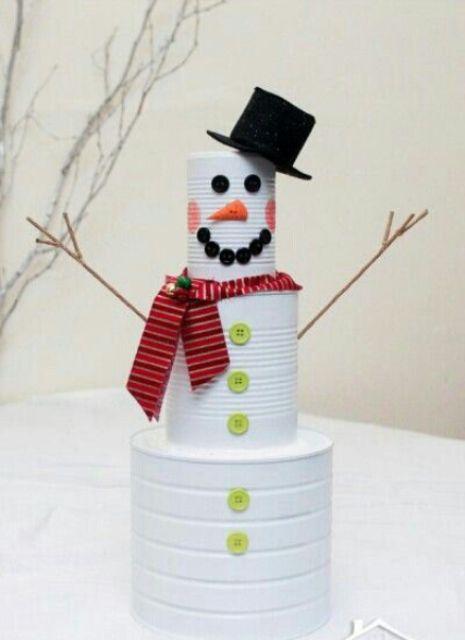 Снеговик из крашеных в белый цвет консервных банок.