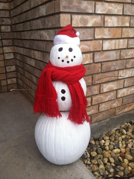 Снеговик из крашеных в белый цвет тыкв.
