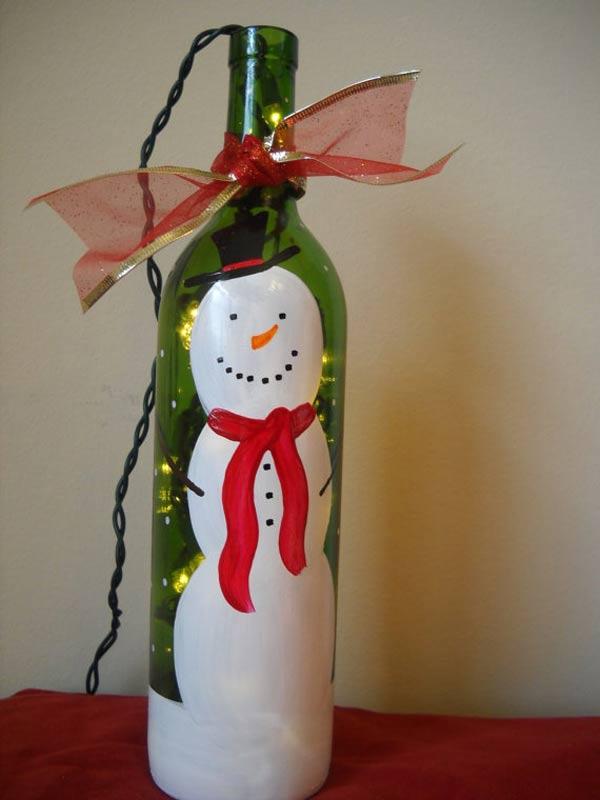 Снеговик на винной бутылке с гирляндой внутри.