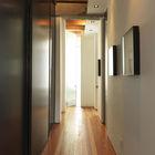 Длинный коридор отделяет рабочие пространства от приватных и увеличивает расстояние между ними. (современный,интерьер,дизайн интерьера)