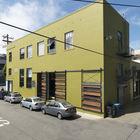 Фасад здания склада 1940-х годов, которое Сэнды спасли от сноса. Сдвижные ворота напоминают о промышленном прошлом здания, однако их дизайн и зеленый цвет фасада существенно оживляют здание. (вход,прихожая,фасад,индустриальный,лофт,винтаж,стиль лофт,индустриальный стиль,архитектура,дизайн,экстерьер)