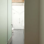 Коридор оканчивается  большой ванной комнатой залитой естественным светом. (ванна,санузел,душ,туалет,дизайн ванной,интерьер ванной,сантехника,кафель,современный,интерьер,дизайн интерьера)