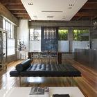 На третьем жилом этаже ничего не напоминает о мастерской или офисе, однако порой звуки из мастерской все же доносятся и сюда. (кухня,дизайн кухни,интерьер кухни,кухонная мебель,мебель для кухни,столовая,дизайн столовой,интерьер столовой,мебель для столовой,гостиная,дизайн гостиной,интерьер гостиной,мебель для гостиной,индустриальный,лофт,винтаж,стиль лофт,индустриальный стиль,интерьер,дизайн интерьера,мебель)