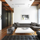Открытая планировка, высокие потолки и белые стены - все способствует хорошей освещенности гостиной, где атмосферу формируют диван Барселона дизайна Мис ван дер Роэ и две оттоманки Блайт Пони Кубэ от Гас Дизайн. (гостиная,дизайн гостиной,интерьер гостиной,мебель для гостиной,современный,интерьер,дизайн интерьера,мебель)