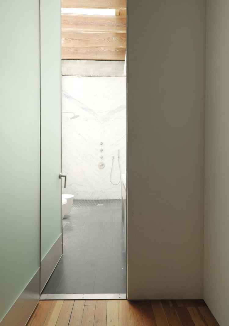 Коридор оканчивается  большой ванной комнатой залитой естественным светом.