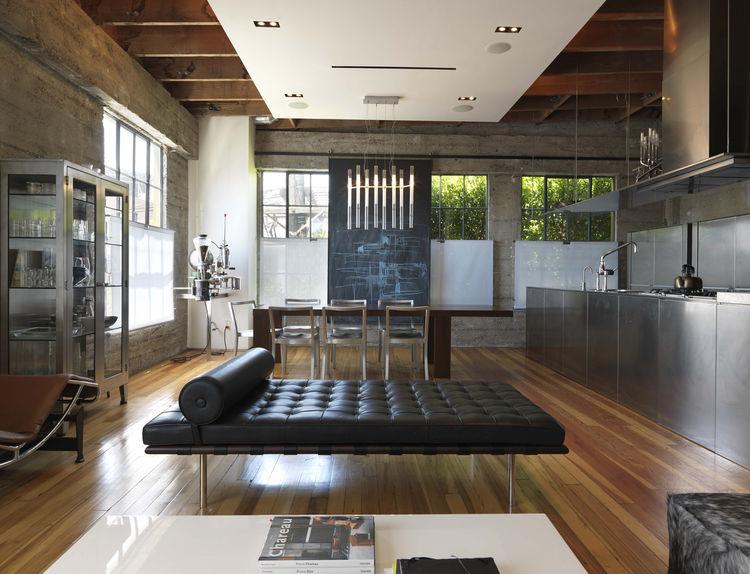 На третьем жилом этаже ничего не напоминает о мастерской или офисе, однако порой звуки из мастерской все же доносятся и сюда.