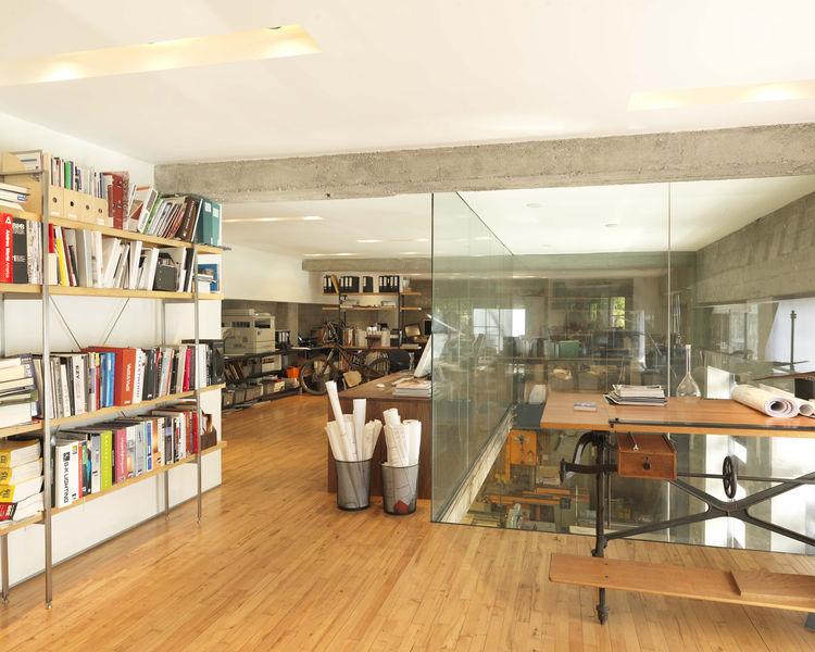 На втором этаже расположен офис Лариссы. Двойной свет с остекленными стенами делает оба помещения светлее и позволяет работать над очень крупными проектами.