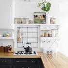 Даже такая несложная вещь как кусок арматурной сетки закрепленный на стене поможет удобно разместить множество вещей. (кухня,дизайн кухни,интерьер кухни,кухонная мебель,мебель для кухни,средиземноморский,интерьер,дизайн интерьера,мебель,маленький дом)