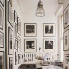 Если кухонные принадлежности висят рядом с фотографиями или картинами, то они уже не воспринимаются как кухонные принадлежности и пространство не воспринимается захламленным. (кухня,дизайн кухни,интерьер кухни,кухонная мебель,мебель для кухни,индустриальный,лофт,винтаж,стиль лофт,индустриальный стиль,интерьер,дизайн интерьера,мебель,маленький дом)