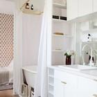 Эта маленькая кухня объединенная с ванной выполнена вся в белом цвете, включая кухонный кран. Кухня как белый холст.