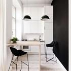Консольный стол в этой кухне экономит драгоценное место (одна нога лучше чем две). (кухня,дизайн кухни,интерьер кухни,кухонная мебель,мебель для кухни,интерьер,дизайн интерьера,мебель,маленький дом,минимализм)