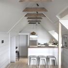 Небольшой кухонный остров выделяет кухню, дает дополнительную поверхность, но не разделяет пространство помещения. (кухня,дизайн кухни,интерьер кухни,кухонная мебель,мебель для кухни,скандинавский,интерьер,дизайн интерьера,мебель,маленький дом)