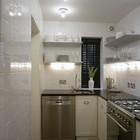 Простая однотонная кафельная плитка уложенная вертикально как бы растягивает пространство маленькой кухни.