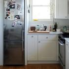 В маленькой кухне есть смысл поставить холодильник меньшего размера, а пространство над ним использовать для хранения кухонных принадлежностей или для микроволновой печки.