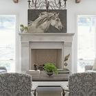 Картина белой лошади над белым камином в гостиной. (лошади,кони,фотографии лошадей,картины лошадей,гостиная,дизайн гостиной,интерьер гостиной,мебель для гостиной,традиционный,интерьер,дизайн интерьера)