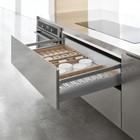 Кухня Archea. В нижней части установлено кухонное оборудование и выдвижные ящики для посуды и принадлежностей.