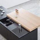 Кухня Paperwood. Сдвижная столешница открывает варочную панель и кухонную раковину, одновременно образуя барную стойку.