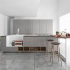 Кухня Polaris Cucine. Серую кухню оживляют полки, столешница барной стойки и стулья теплых древесных оттенков. (кухня,дизайн кухни,интерьер кухни,кухонная мебель,мебель для кухни,минимализм,мебель)