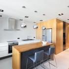 Интерьер кухни намекает на середину 20-го века и барные стулья вполне соответствуют интерьеру.