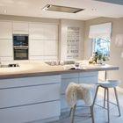 Минималистичные барные стулья в минималистичной кухне. (кухня,дизайн кухни,интерьер кухни,кухонная мебель,мебель для кухни,минимализм,мебель,интерьер,дизайн интерьера)