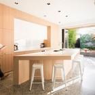 Однотонные белые стулья дизайна Ксавье Пошара в кухне с выходом на террасу. (кухня,дизайн кухни,интерьер кухни,кухонная мебель,мебель для кухни,минимализм,интерьер,дизайн интерьера,мебель,на открытом воздухе,патио,балкон,терраса)