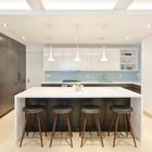 Простые по форме высокие табуретки для бело-серой кухни в стиле минимализм. (кухня,дизайн кухни,интерьер кухни,кухонная мебель,мебель для кухни,минимализм,мебель,интерьер,дизайн интерьера)