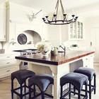 Рустикальная кухня с оригинальными табуретами у кухонного острова. (кухня,дизайн кухни,интерьер кухни,кухонная мебель,мебель для кухни,деревенский,сельский,кантри,интерьер,дизайн интерьера,мебель)