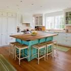 Традиционная кухня с большим островом и табуретками с плетенными сидениями. (кухня,дизайн кухни,интерьер кухни,кухонная мебель,мебель для кухни,традиционный,интерьер,дизайн интерьера,мебель)